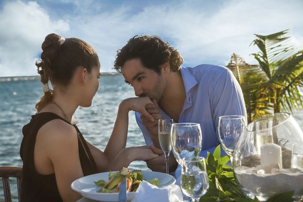 MSC Noticias - Kiss-on-the-Hand-at-Romantic-Dinner-1 Proa Com Turismo